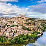 """Patrimonio de la Humanidad, Toledo es la """"Ciudad de las Tres Culturas"""". Cristianos, árabes y judíos convivieron en ella, dejando hermosos testimonios."""
