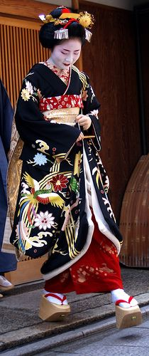 Marie had her misedashi, her debut as a maiko, in which she went to okiya (geisha houses), ochaya (tea houses), and local stores to thank everyone for their support. Geisha Japan, Geisha Art, Kyoto Japan, Okinawa Japan, Yukata, Japanese Beauty, Japanese Fashion, Kimono Chino, Look Kimono