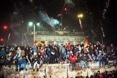 Das Wunder von Berlin 1989 - Tausende West- und Ost-Berliner überwanden die Mauer am Brandenburger Tor, tanzen auf dem Pariser Platz oder auf der Mauer selbst. Das Protokoll eines historischen Tages, der Europa veränderte: http://www.nachrichten.at/nachrichten/weltspiegel/Das-Wunder-von-Berlin-1989;art17,1533545 (Bild: epa/reuters/apa)