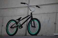2. Met deze fiets is het allemaal begonnen. Op jonge leeftijd reden zijn ouders elk weekend met hem naar een BMX wedstrijd. Al zijn techniek heeft hij in deze wedstrijden verworven.