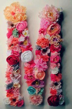 Decora una letra de.madera con flores sintéticas o hazlas con retazos de tela y voilá. www.regionmx.com