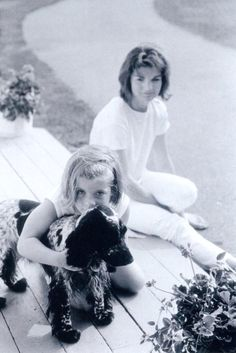 Mrs Jacqueline with daughter Caroline and her dog Shannon.❤❤❤ ❤❤❤❤❤❤❤ http://en.wikipedia.org/wiki/Jacqueline_Kennedy_Onassis http://en.wikipedia.org/wiki/Caroline_Kennedy