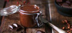 Pähkinä-suklaalevite, eli itse tehty nutella, sopii loistavasti esimerkiksi paahtoleivän päälle, tosin se maistuu hyvältä myös ihan sellaisenaan… Söpössä purkissa on myös aika makea lahja.