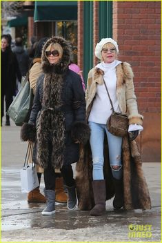 Goldie Hawn & Melanie Griffith Shop Together on Christmas Eve!
