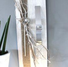 WD40 - Edle Wanddeko! Holzbrett gebeizt und weiß gebürstet, natürlich dekoriert mit Filzband, einer Edelstahlkugel und einer Edelstahlleiste die als Teelichhalter oder Blumenvase dient! (Reagenzglas) Größe 30x80cm - Preis 69,90€