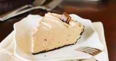 Irresistibly creamy and delicious easy chocolate mousse pie, topped with a sprinkling of mini chocolate chips and chopped nuts for the perfect touch of crunch. Chocolate Eclair Dessert, Chocolate Chip Cookie Pie, Easy Chocolate Mousse, Hershey Chocolate Bar, Chocolate Pies, Mini Chocolate Chips, Melting Chocolate, Blueberry Yum Yum, Just Desserts