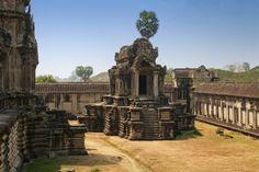 En el increíble patio de esta antigua biblioteca en Angkor Wat en Camboya.   23 Places Where You'd Rather Be Reading Right Now