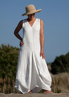 Long white linen dress: a comfortable and very elegant design made of soft linen perfect for summertime