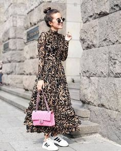 Streetstyle – Leo Kleid Und Pinke Chanel – Shoppisticated Streetstyle – Leo Dress And Pink Chanel – Shoppisticated Vestidos Animal Print, Animal Print Dresses, Mode Outfits, Casual Outfits, Classic Outfits, Modest Fashion, Fashion Dresses, Fashion Vestidos, Mode Simple