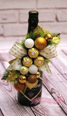 Christmas Gift Baskets, Diy Christmas Gifts, Handmade Christmas, Christmas Decorations, Table Decorations, Quick Halloween Crafts, Candy Bouquet Diy, Creative Gifts For Boyfriend, Graduation Party Centerpieces
