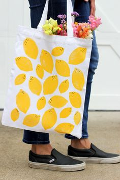 Try this DIY stamped lemon tote bag for the perfect summer handmade tote. Perfect to add the bright pop of  yellow to your summer afternoon!