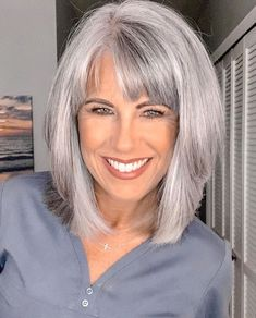 Cabelo Pin Up, Medium Hair Styles, Short Hair Styles, Grey Hair Transformation, Grey Hair Inspiration, Gray Hair Highlights, Hair Color And Cut, Gray Hair Colors, Short Hair Cuts