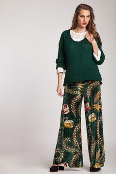 #velvet #pants #trousers #velvet #velvetpants #velvettrousers #pantalones #pantaloni #catifea #pantalonidecatifea #pantalonicatifea #catifeaimprimata #catifeaverde #pantalonievazati #evazat #evazati #iarna #pantaloniiarna Harem Pants, Trousers, Velvet Pants, Cabana, America, Floral, Clothing, Fashion, Green