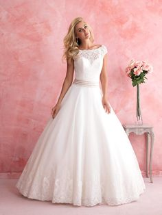 We're so in love with the lace bateau neckline on this ballgown! @allurebridals