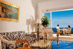 Immerso nel verde, l'Hotel La Scalinatella gode di una vista panoramica su Marina Piccola e sulla Certosa di San Giacomo. Sembra di soggiornare in un a vera villa caprese, caratterizzata dallo stile moresco e dagli interni bianchi e blu che richiamano la tipica architettura mediterranea. #capri #boutiquehotel #hotel #italia #italy