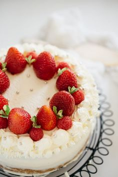 Strawberry shortcake cake is very popular for celebrating birthdays & Christmas in Japan. It is made with sponge cake, whipped cream and strawberries. Japanese Strawberry Shortcake, Strawberry Shortcake Cheesecake, Cheesecake Pops, Easy Cake Recipes, Dessert Recipes, Oreo, Shortbread, Baking, Food