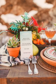 REncontre avec le look Navajo en décoration.  Pour un mariage, décoration de table en look Navajo. Des motifs , des couleurs chaudes, et des cactus.