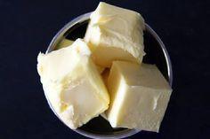 1012 炭水化物は 脂肪より身体に悪い?  今まで長い事 悪者扱いされてきた脂肪(特に飽和脂肪)ですが、2~3倍近い量を食べても、その血中濃度は上昇しないという研究論文が発表されました。 逆に 炭水化物は関係あるそうです。 発表者である米オハイオ州立大学のジェフ・ボレック氏は、論文の中で「ポイントは、摂取する飽和脂肪は必ずしも体内に蓄積されないこと、そして減らすべきは、炭水化物だということだ」とも言っています。 実験の内容は・・・実験に参加した16人に対し、4か月半の厳しい食事制限しました。 その内容は3週間ごとに変更され、含まれる炭水化物、総脂質、飽和脂肪が調整されました。