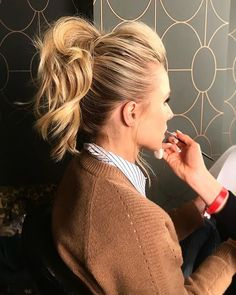 Kristen Bell Wears a Banana Clip Retro Hair Accessory – Marsha Baker – Kristen B… – Tedric Murph – Hair Clips Banana Clip Hairstyles, Retro Hairstyles, Wedding Hairstyles, Banana Hair Clips, Banana For Hair, Kristen Bell, Feathered Bangs, Pulled Back Hairstyles, Messy Ponytail Hairstyles