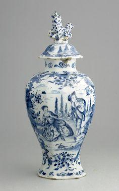 Delft 1764-1772  In de film 'from paris with love' met john travolta wordt een bijna identieke vaas vol met cocaïne oneerbiedig op de grond kapot gegooid.