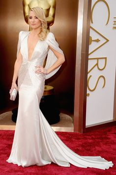If you were waiting for your dose of old-school red carpet glamour, look no further than Kate Hudson! Her silky silver Atelier Versace gown had a liquid-like Kate Hudson, Vestidos Oscars, Robes D'oscar, Best Oscar Dresses, Versace Gown, Vestidos Fashion, Oscar Fashion, Red Carpet Gowns, White Gowns
