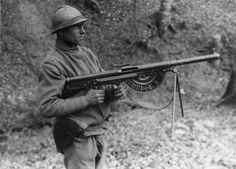 Fusil Mitrailleur Modèle 1915 CSRG, FM Chauchat, the standard machine rifle of France's Army and by the American Expeditionary Forces (A.F) during World War I. World War One, First World, Triple Entente, North African Campaign, Ww1 Soldiers, British Soldier, French Army, Army Men, History Photos