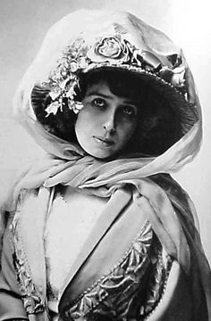 France. Jeanne-Marie Bourgeois calledMistinguett(1875–1956) French variety actress and singer, c. 1910 //  by Nadar