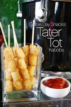 Football Party Game Day Snacks - Tater Tot Kabobs -- you could totally turn this into a tater tot bar 😂 Game Day Snacks, Snacks Für Party, Game Day Food, Appetizers For Party, Appetizer Recipes, Easy Kid Party Food, Superbowl Party Food Ideas, Party Food On Sticks, Kid Party Foods