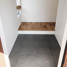 本当に必要なモノ達と暮らす〜余白のある空間づくりが快適さを生み出す家___omalさんのおうちを探索! | ムクリ[mukuri] House Design, New Homes, House, Home, Interior, Tile Floor, Entrance, Renovations, Room