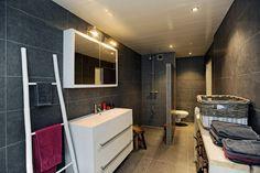 Te koop aan de Regthuisstraat 15 in Oudkarspel. Twee-onder-een-kap woning met 5 kamers en deze heerlijk ruime badkamer via Klaver Makelaardij