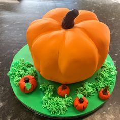 Starting to get in to the Halloween spirit Our pumpkin cakes make for a perfect gift or a centre piece for a Halloween party 7 pumpkin cake 15.40 9 pumpkin cake 25.40 9 pumpkin piñata cake (stuffed with chocolate and sweets) 30.40 Available gluten free If you would like to place an order feel free to message us on Facebook or Instagram . #cake #thecakeshop #cakeshop #treats #treat #welsh #wales #British #deliveredtoyourdoor #delivered #sweettreat #gooey #delivery #homedelivery #pembrokeshire…