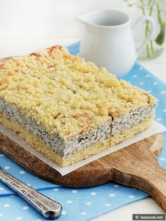 Простой пошаговый рецепт приготовления вкуного пирога с творогом, маком и штрейзелем.