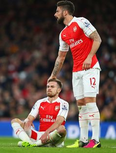 Aaron Ramsey and Olivier Giroud.  Just playing duck, duck, goose on the pitch.  No big deal, normal adult footballer stuff.  Nothing to see here!
