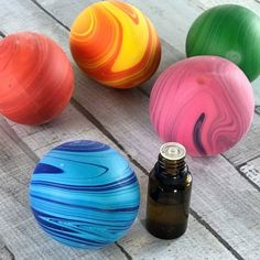 stress ball + essential oils = aromatherapy stress ball -- Easy step-by-step instructions, recipes for 10 calming essential oil blends to use in your homemade aromatherapy stress balls, and ideas to turn them stress balls into great gifts for teachers, bu Design Shop, Balle Anti Stress, Roller Bottle Recipes, Essential Oils For Anxiety, Nail Polish, Essential Oil Diffuser Blends, Diffuser Recipes, Aromatherapy Oils, Diy Gifts