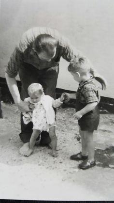 Min far Niels Martin Weichardt med hans to børn Oluf og Grieth Weichardt på gårdspladsen Kampensgade/Strandlinien 23 Dragør ca. 1955