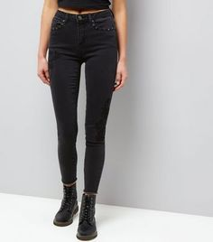 Discover New Look's range of jeans for women with free delivery options available. From effortless moms to staple skinnies, find your perfect fit today. Malia Obama, Mens Fashion Online, New Look, Latest Trends, Your Style, Black Jeans, Skinny, Pants, Clothes