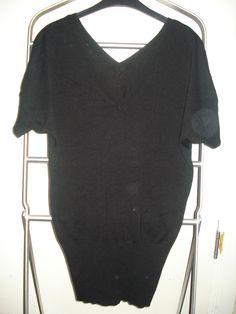 Zwarte katoenen v-hals trui met korte mouwen.