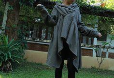Superbe manteau d'automne comfortable, épais et chaud.  Gris Clair.  Fait de deux couches épaisses lin/coton. Avec de multiples détails…