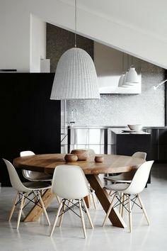 cadeiras eames, branco,  preto e madeira dão o tom escandinavo da sala de jantar