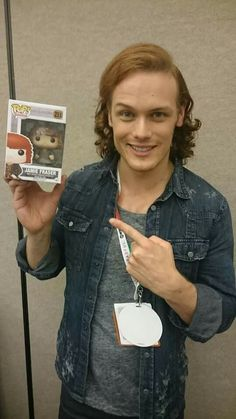 Sam heughan So cute with the wee POP Jamie Fraser! Outlander Funny, Outlander Season 1, Sam Heughan Outlander, Outlander Series, Jamie Fraser, Duncan Lacroix, Laura Donnelly, Funko Pop Dolls, Richard Rankin