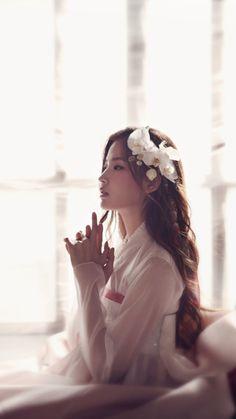 Hwang Hyun Joo by Lee Jong Kil for Seo Dam Hwa hanbok. Korean Traditional Clothes, Traditional Fashion, Traditional Dresses, Korean Women, Korean Girl, Asian Girl, Korean Dress, Korean Outfits, Asian Fashion