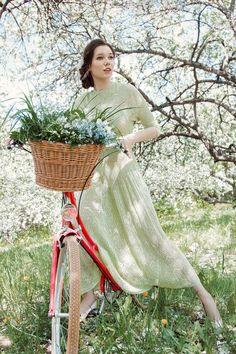 Ажурное фисташковое платье из летней коллекции Ulyana Linёva, выполнено из 100% шелка. Изделие бесшовное, имеет оригинальный ажурный рисунок. Рукав цельнокроеный длиной 3/4. Талия подчеркнута широкой декоративной резинкой. Горловина округлой формы, плотно прилегает к шее. Основным акцентом изделия является пышная, невероятно пластичная юбка, длиной до щиколотки - в таком платье вы почувствуете себя настоящей леди, а невероятное ощущение нежности и прохлады вам подарит 100% шелк.