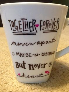 DIY Friendship Mugs .... maybe mugs instead of wine glasses... since it's cold in the winter? Xmas Gifts, Cute Gifts, Craft Gifts, Diy Gifts, Christmas Presents, Diy Mugs, Sharpie Mugs, Sharpies, Diy Tattoo
