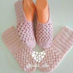 The Cloister Shell Shawl Crochet Tutorial Knitting and Bordado Videos Crochet Slipper Boots, Crochet Slipper Pattern, Knitted Slippers, Crochet Patterns, Diy Crafts Crochet, Crochet Projects, Crochet Accessories, Knitting Socks, Crochet Clothes