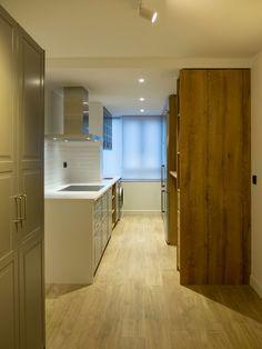 Proyecto de interiorismo y ejecución de reforma integral de vivienda en Madrid, incluyendo nueva distribución, revestimientos, acabados, iluminación técnica y decorativa, carpintería y mobiliario a medida. Interiores Design, Kitchen Island, Projects, Home Decor, Oak Tree, Interior Design, Wood, Gray