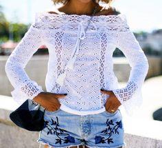 look-bata-ombro-a-ombro-manga-flare-detalhes-de-renda-shorts-jeans-bordado-alpagatas-listras-azul-e-branco2