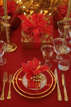 Beautiful Red and Gold Christmas Tablescape Christmas Table Settings, Christmas Tablescapes, Christmas Table Decorations, Holiday Tablescape, Christmas Candles, Tree Decorations, Noel Christmas, Christmas Wedding, Christmas China