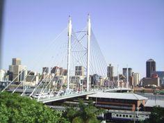 El puente Nelson Mandela se encuentra ubicado en la ciudad de Johannesburgo, símbolo indiscutido de la ciudad, es el mayor puente atirantado del sur de África de 295 metros que cruza más de 40 líneas de ferrocarril para enlazar Braamfontein en el norte con el distrito de negocios central de Johannesburgo y Newtown hacia el sur.