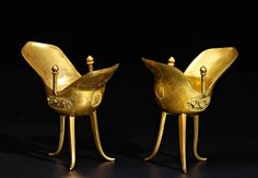 Pareja de Jues Pareja de pequeños recipientes arcaicos Bronce dorado al fuego y cincelado China. S.XVII 9,8 cm (Altura)