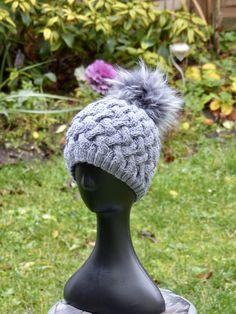 374a09db37bc Bonnet femme gris en laine d alpaga avec pompon fourrure gris de la  boutique AuFilDOrianne